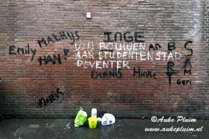 Studenten maken muur Kleine Overstraat schoon